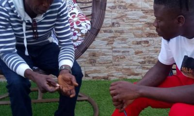 Photos: Stonebwoy meets and receives gold masterpiece from 55yr old fan.